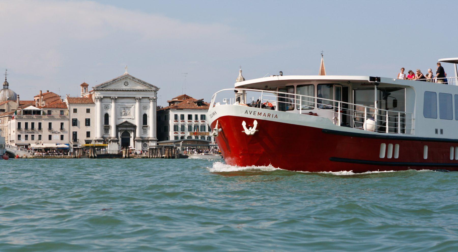 Ave Maria -laiva Venetsian edustalla