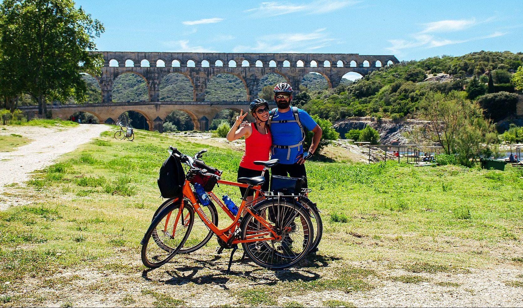 Pariskunta poseeraa vanhan akveduktin edustalla