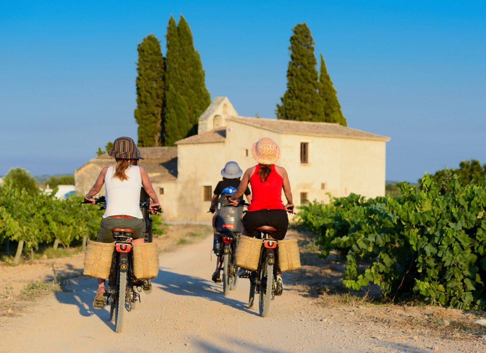 Pyöräilijät Katalonian maaseudulla.