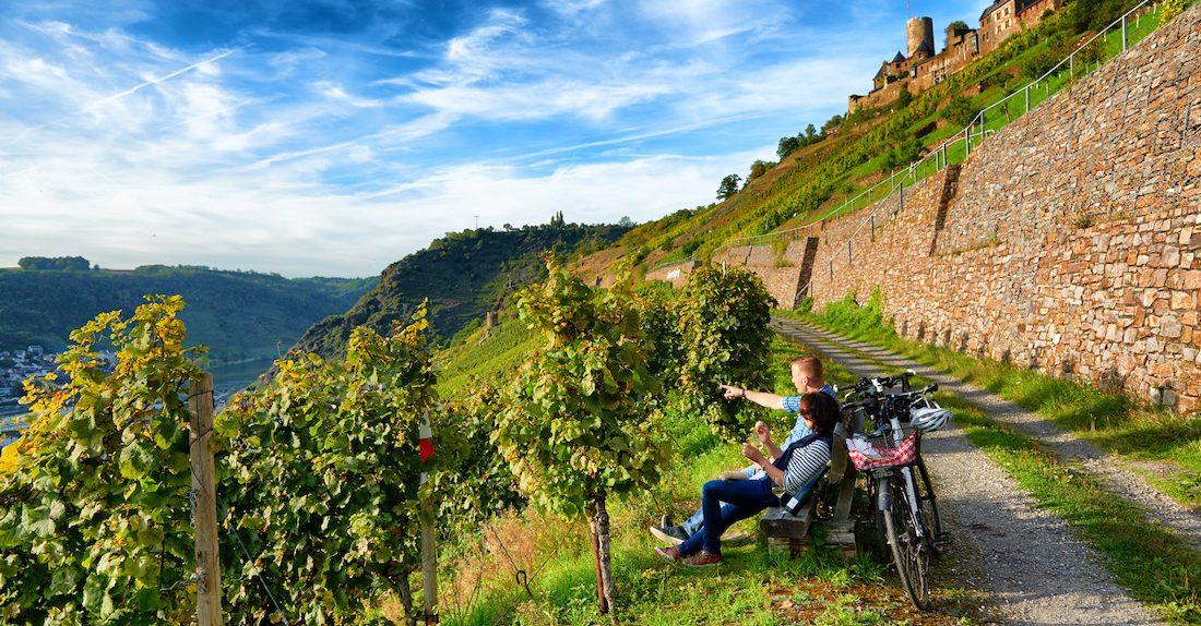 Pyöräilijät tauolla Moselin viinirinteillä.